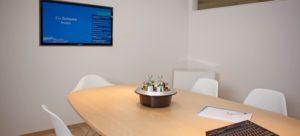 In einem Konferenzzimmer hängt ein Fernseher