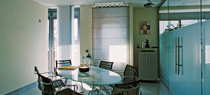 Ein Raum mit Tisch und Stühlen